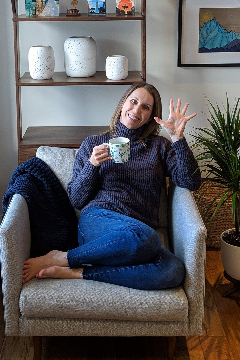 Vanessa from www.mapleandmango.com sitting in a chair and waving